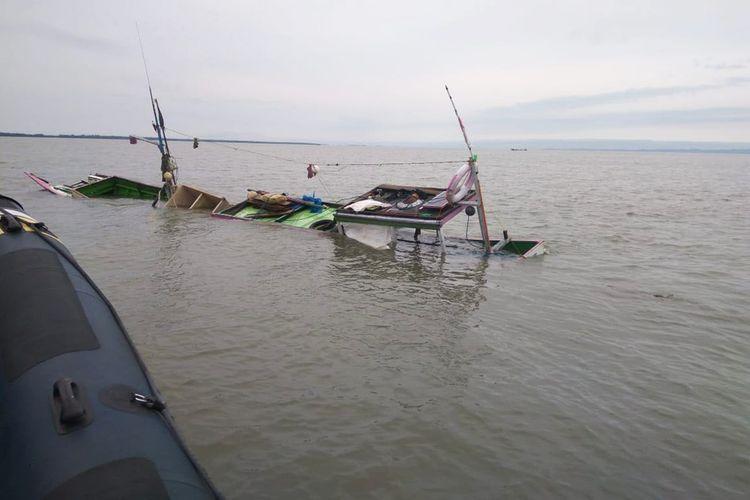 Perahu nelayan milik Abdul Rahman, warga Puau Sebatik, Kabupaten Nunukan, yang tenggelam setelah ditabrak speedboat tak dikenal di perairan perbatasan Tanjung Ahus.