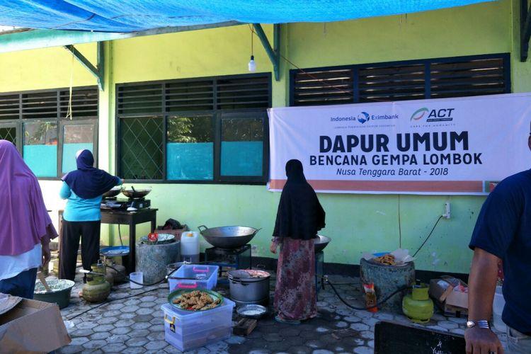 Salah satu dapur umum di Gunungsari, Lombok, yang membuat makanan untuk korban gempa di Lombok, Senin (20/8/2018).