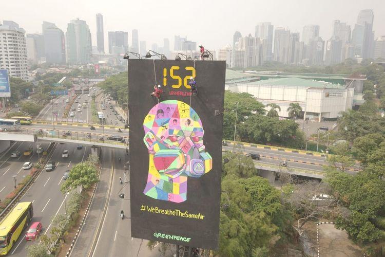 Greenpeace Indonesia memasang billboard di Jalan Jenderal Gatot Soebroto, untuk mengingatkan delegasi Asian Games dari berbagai negara bahwa kualitas udara Jakarta yang dihirup bersama-sama saat ini tidak sehat, Selasa (21/8/2018).