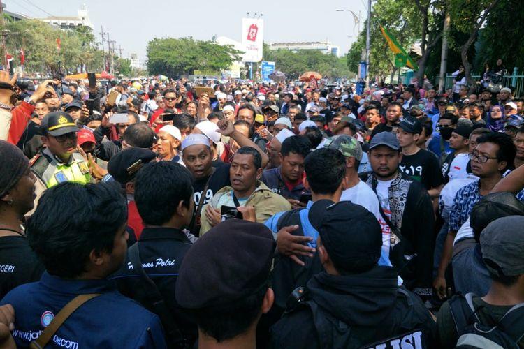 Negosiasi polisi dengan massa deklarasi ganti presiden 2019 di Surabaya.