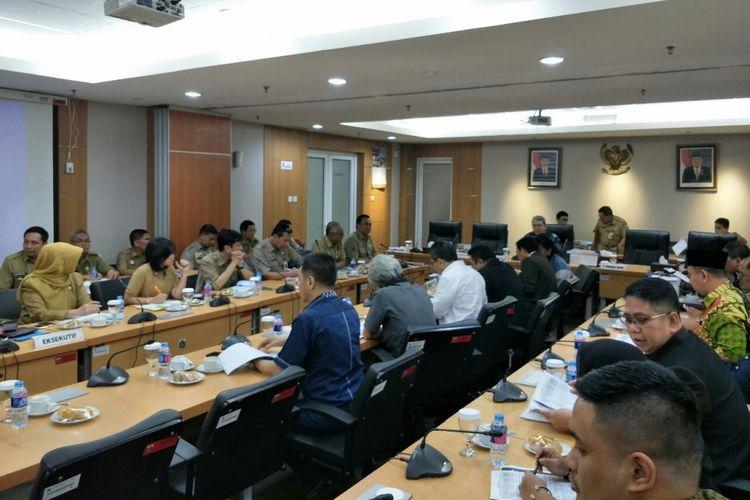 Suasana rapat banggar Kebijakan Umum Perubahan Anggaran Plafon Prioritas Anggaran Sementara (KUPA-PPAS) untuk rancangan Anggaran Pendapatan dan Belanja Daerah Perubahan (APBD-P) DKI 2018 di Gedung DPRD DKI Jakarta, Selasa (28/8/2018).