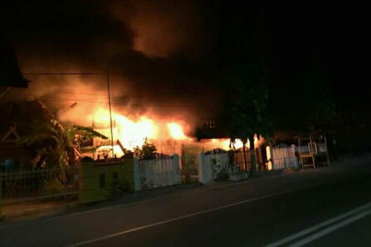 Dua unit rumah di Kabupaten Bulukumba, Sulawesi Selatan, terbakar dan menewaskan satu pemiliknya, Jumat, (31/8/2018).