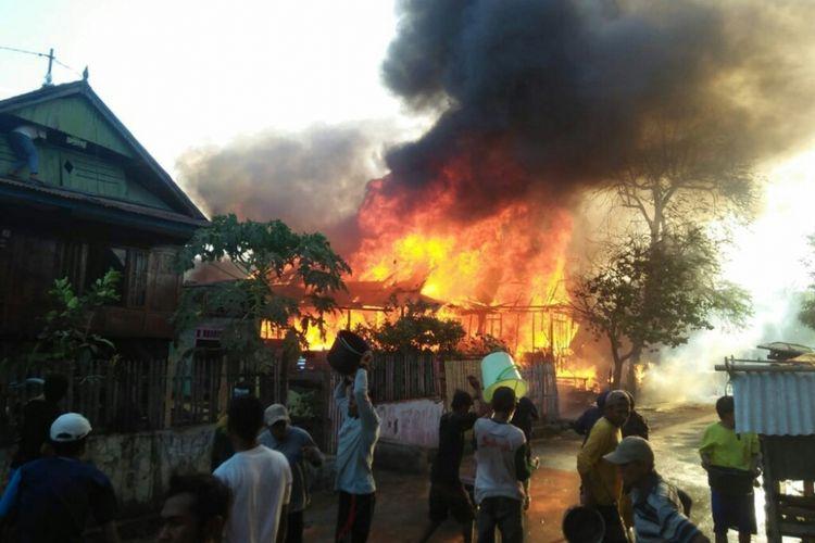 Kobaran api saat melahap rumah warga Desa Ngali, Kecamatan Belo, Kabupaten Bima, Senin (3/9/2018).