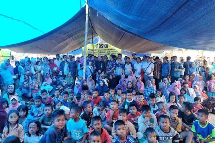 Dirjen Pembangunan dan Pemberdayaan Masyarakat Desa Taufik Madjid menyerahkan hasil donasi para pendamping desa untuk korban gempa di Posko Pengendali Pendamping Desa di Lombok Barat, NTB, Jumat (7/9/2018)