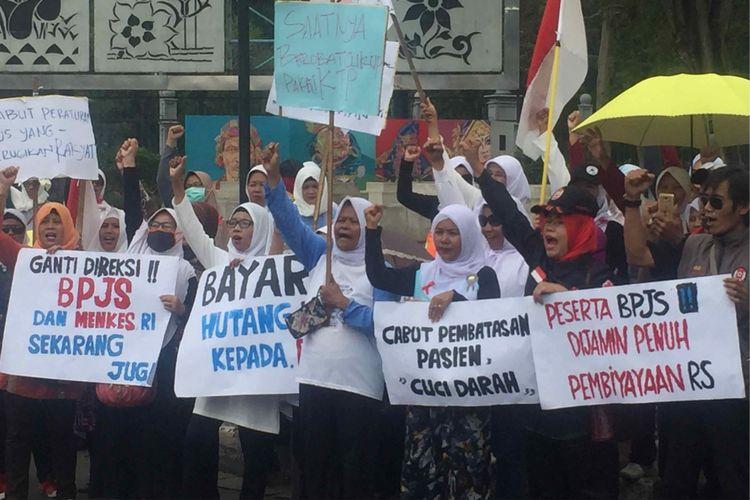 Puluhan masyarakat yang menamakan diri sebagai Dewan Kesehatan Rakyat (DKR) menggelar aksi di depan Istana Negara, Jalan Medan Merdeka Utara, Jakarta Pusat. Aksi tersebut meminta Presiden Joko Widodo mencabut peraturan BJPS Kesehatan yang dinilai merugikan masyarakat, Rabu (12/9/2018).