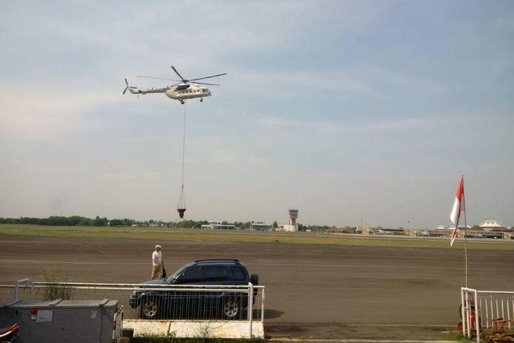 Helikopter Waterboombing jenis MI 8 tiba di Base Ops Lanud Sri Mulyono Herlambang Palembang, usai pemadaman di Kabupaten OKI, Sumsel, Jumat (14/9/2018).