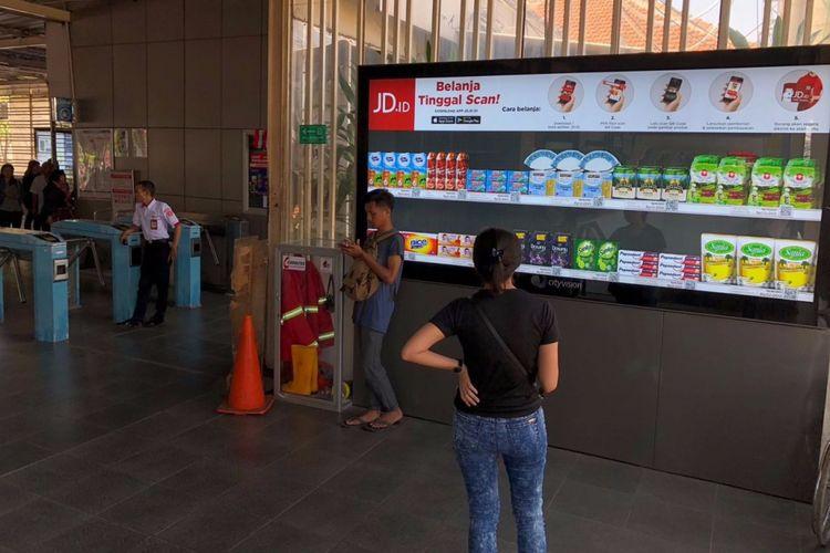 Papan banner JD.id yang menyajikan kode QR untuk barang belanjaan sehari-hari, diletakkan di sejumlah stasiun di Jabodetabek.