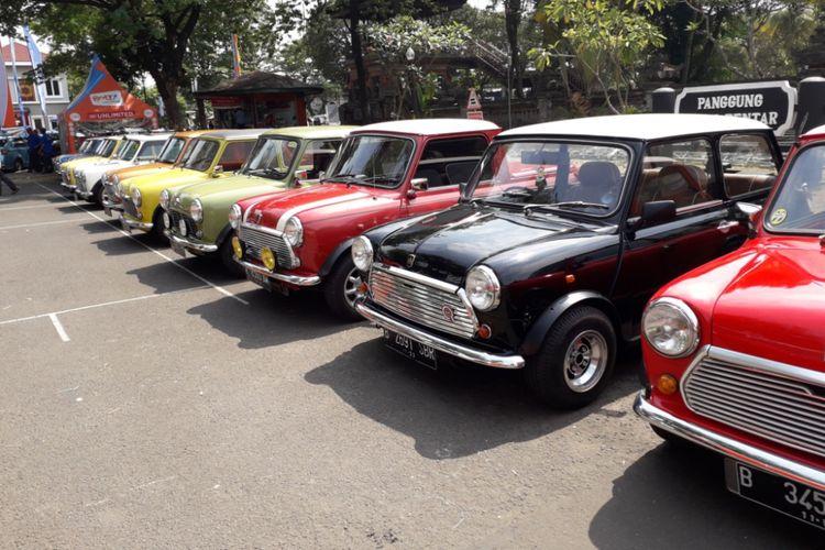 Deretan mobil Mini Cooper dari berbagai jenis yang berkumpul untuk merayakan hari jadi ke-25 Jakarta Morris Club (JMC) di Taman Mini Indonesia Indah, Jakarta Timur, Minggu (16/9/2018) pagi.