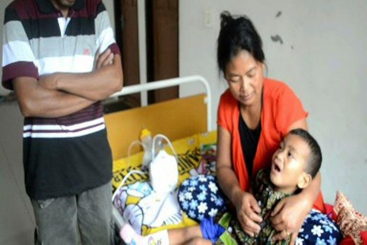 Tak mampu bayar biaya pengobatan, boca Rifki (2 tahun) dikeluargan paksa oleh orangtuanya dari rumah sakit Kondosapata Mamasa, Sulawesi Barat.