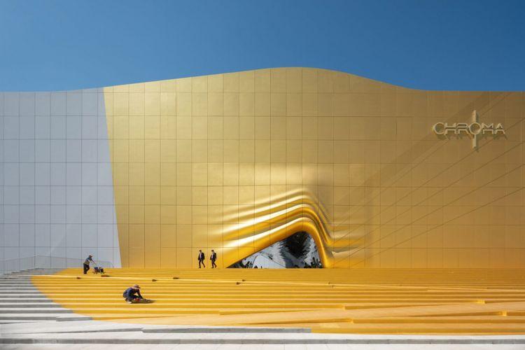 Kedua bangunan dicat dengan warna putih, kecuali satu bagian di gedung taman hiburan yang dicat emas.