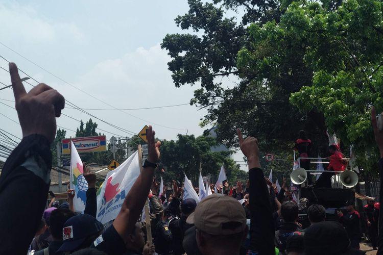 Kemacetan akibat aksi unjuk rasa di depan kantor PT G4S, Jalan Ciputat Raya, Lebak Bulus, Senin (24/9/2018).