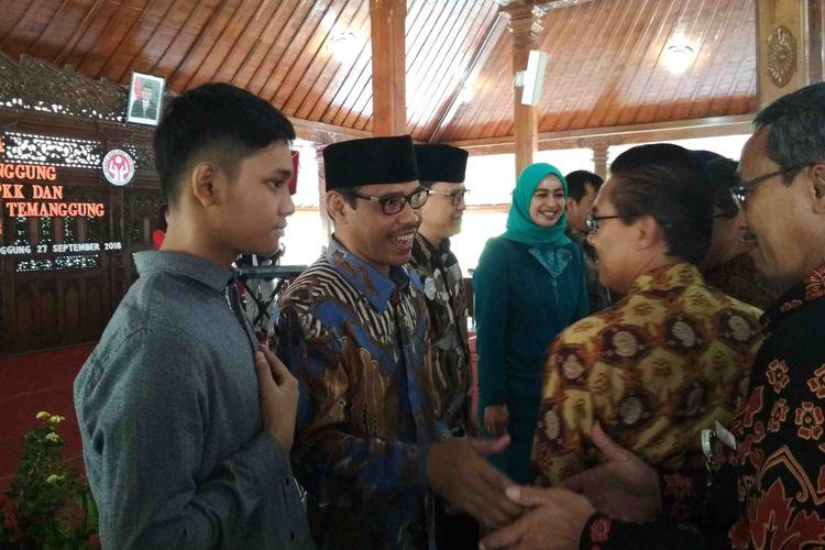 Bupati Temanggung Muhammad Al Khadziq ditemani putranya menyalami tamu undangan seusai serah terima jabatan di Pendopo Pengayoman, komplek Pemda setempat, Kamis (27/9/2018).