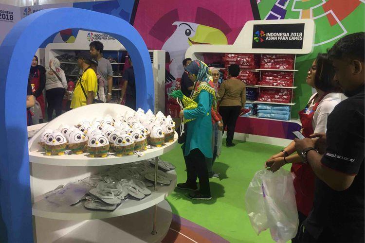 Maskot Asian Para Games, Momo sang Elang Bondol, jadi merchandise yang paling dicari pengunjung  Asian Para Games 2018 di  Mega Store, kawasan Gelora Bung Karno, Senayan, Jakarta Pusat, Minggu (7/10/2018).