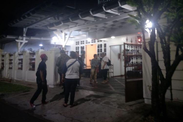 Suasana rumah duka artis komedi Indro Warkop DKI, menanti kedatangan jenazah istri Indro, Nita Octobijanthy, di Jalan Kayu Putih Tengah IIA nomor 4, Jakarta Pusat, Selasa (9/10/2018) malam.