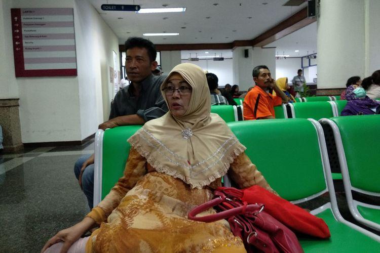 Rohayati (58), pasien kanker yang melakukan pengobatan seorang diri. Saat ditemui di RS Dharmais Rabu (10/10/2018), ia melakukan perjalanan dari Balaraja ke Jakarta.
