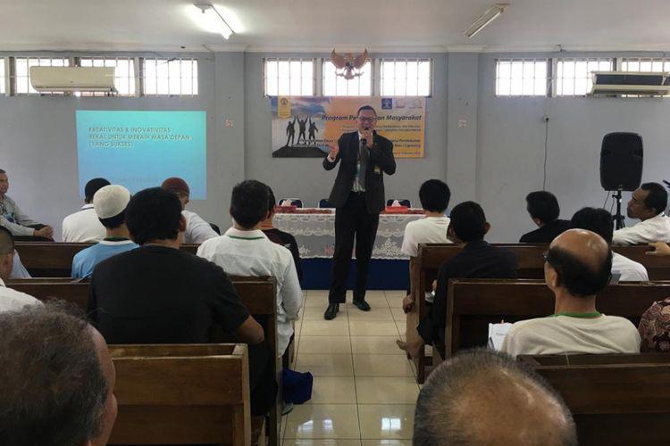 Dosen Program Vokasi Universitas Indonesia (UI) menggelar pelatihan soft skill bagi warga binaan rumah tahanan (Rutan) kelas 1 Cipinang, Jakarta, 9 Oktober 2018.