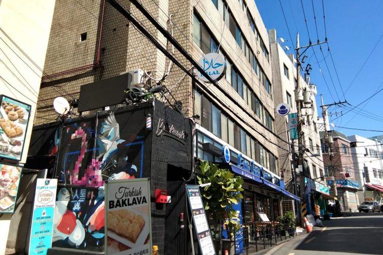 Di Jalan Unsadan 10-gil, Seoul, merupakan jalan menuju Masjid Pusat Seoul atau <a href='https://manado.tribunnews.com/tag/seoul-central-mosque' title='SeoulCentralMosque'>SeoulCentralMosque</a> yang dipenuhi dengan aneka restoran halal.