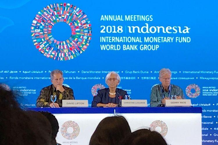 Direktur Pelaksana IMF Christine Lagarde (tengah) saat memberikan keterangan pers dalam Pertemuan Tahunan IMF-Bank Dunia di Hotel Westin, Nusa Dua, Bali, Kamis (11/10/2018).