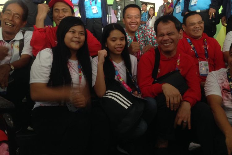Menteri Pemuda dan Olahraga (Menpora) Republik Indonesia, Imam Nahrawi, bersenda gurau dengan atlet-atlet catur disabilitas Indonesia di Cempaka Putih Sports Hall, Jakarta, Kamis (11/10/2018).