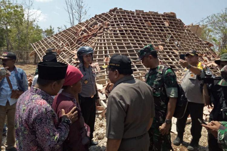 Gubernur Jatim bersama Kapolda Jatim dan Pangdam Brawijaya meninjau rumah rusak di Pulau Sapudi, Kamis (11/10/2018)