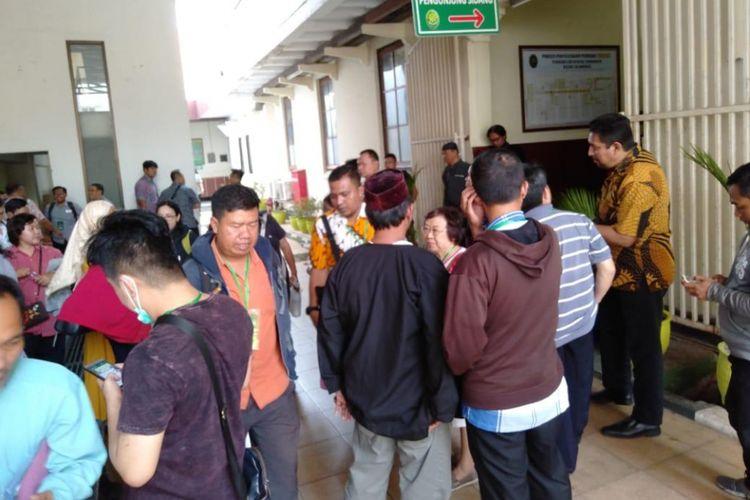 Korban penipuan apartemen mengawal sidang perkara penipuan di Pengadilan Negeri Surabaya, Jumat (12/10/2018)