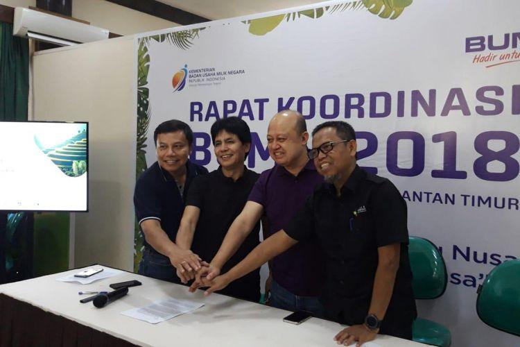 Direktur Utama PT Pupuk Indonesia Aas Asikin Idat (kedua dari kiri) ketika memberikan keterangan pers kepada awak media di Bontang, Sabtu (27/10/2018).