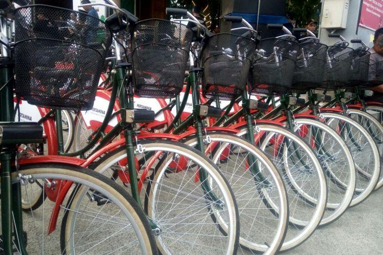 """Sepeda-sepeda Jogjabike terparkir di Loji Cafe(KOMPAS.com / Wijaya Kusuma)  Artikel ini telah tayang di Kompas.com dengan judul """"Kini di Malioboro Ada Layanan Pinjam Sepeda untuk Berwisata"""", https://travel.kompas.com/read/2018/10/28/221500027/kini-di-malioboro-ada-layanan-pinjam-sepeda-untuk-berwisata.  Penulis : Kontributor Yogyakarta, Wijaya Kusuma Editor : Wahyu Adityo Prodjo"""