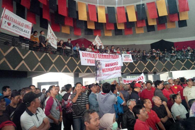 Warga Boyolali membawa poster dan spanduk protes terhadap pidato Prabowo memadati ruangan di Balai Sidang Mahesa di Boyolali, Jawa Tengah, Minggu (4/11/2018).