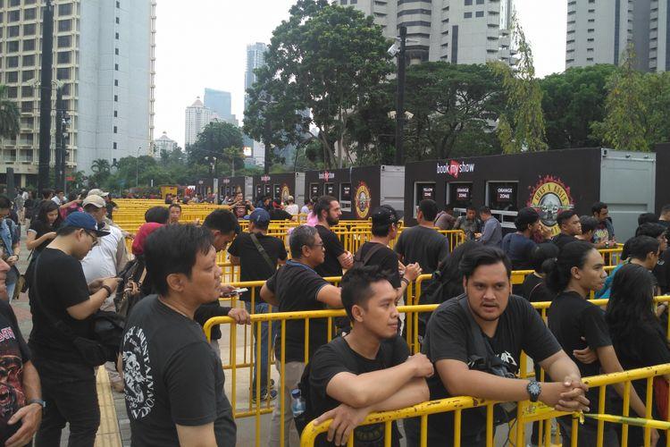 Calon penonton konser Guns N Roses antre untuk menukarkan tiket di Parkir Timur, GBK, Senayan, Jakarta Pusat, Kamis (8/11/2018).