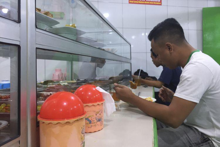 Pengunjung sedang menikmati makan di salahsatu warteg di daerah Jakarta Barat, Rabu (07/11/2018).