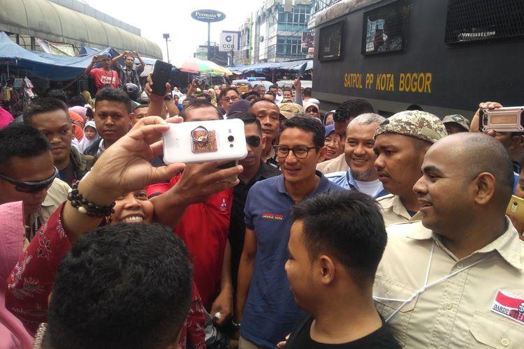 Calon Wakil Presiden Sandiaga Uno saat berfoto bersama dalam kampanyenya di Pasar Anyar, Kota Bogor, Kamis (8/11/2018).