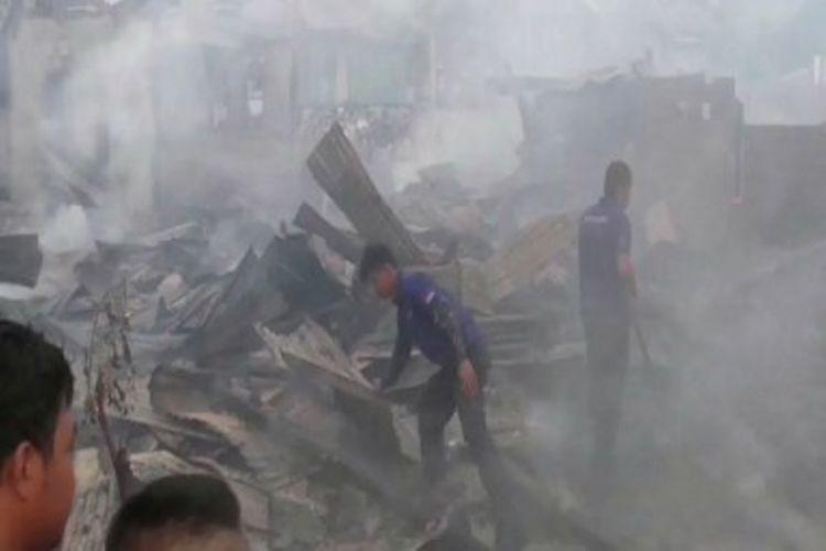 Sebanyak 9 rumah dikawasan padat penduduk di Majene sulawesi barat terbakar rata dengan tanah