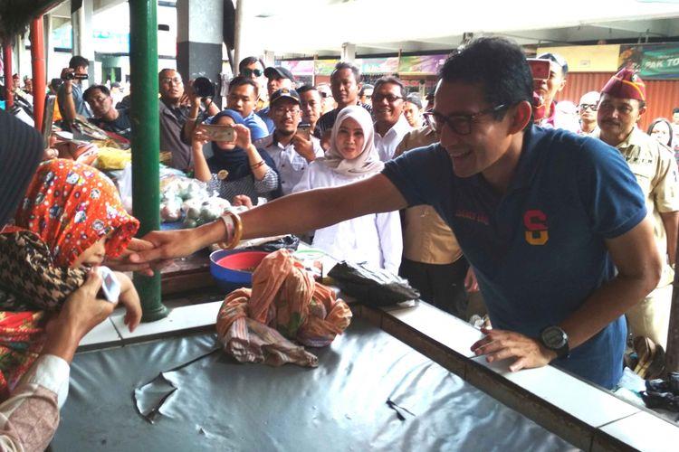 Sandiaga Uno, cawapres nomor urut 02, bersalaman dengan warga di Pasar Rejowinangun Kota Magelang, Sabtu (17/11/2018).