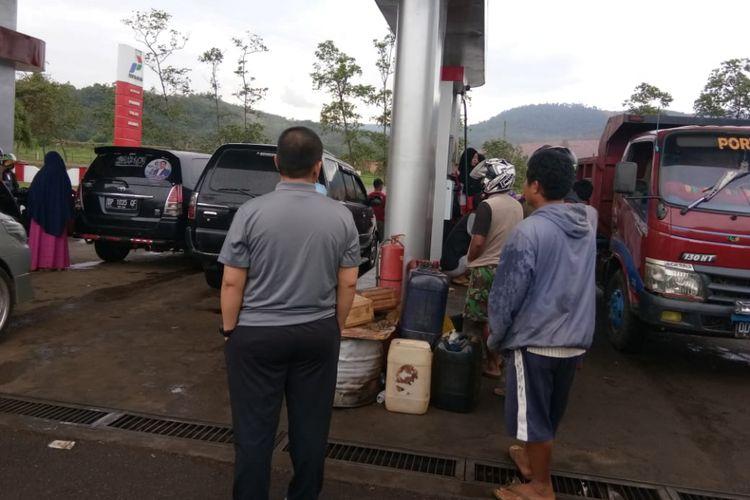 Sebuah SPBU di Sorowako, Luwu Timur, Sulawesi Selatan, lebih mengutamakan isi jeriken ketimbang melayani kendaraan yang antre panjang, Sabtu (24/11/2018).
