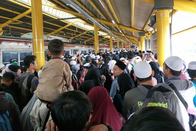 Peserta reuni akbar 212 turun di Stasiun Gondangdia menuju kawasan Monas, Minggu (2/12/2018).