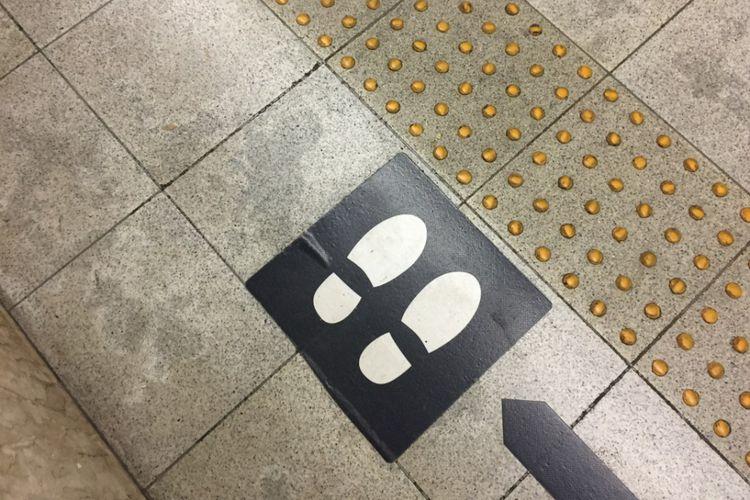 Tanda pada lantai peron stasiun di Jepang yang berfungsi sebagai pembatas masyarakat untuk berdiri dan menunggu. Pada bagian depannya terdapat guidance block yang ditujukan bagi penyandang disabilitas.