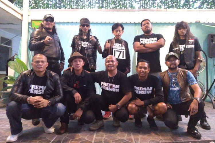 Para pemain Film Preman Pensiun seusai melakukan konferensi pers di Bandung, Senin (3/12/2018).