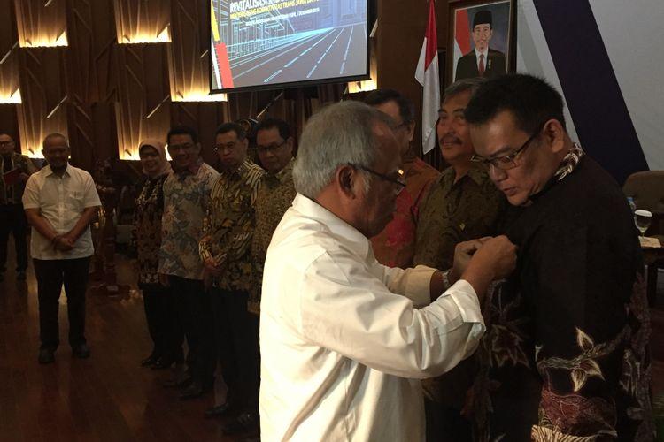 Menteri PUPR Basuki Hadimuljono saat menyematkan pin anggota Asosiasi Jalan Tol Indonesia (ATI) di Auditorium Kementerian PUPR, Rabu (5/12/2018).