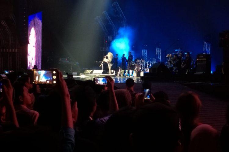 Pusakata beraksi dalam konser perayaan 30 tahun perjalanan karier KLa Project bertajuk Karunia Semesta, yang di gelar di Jakarta Convention Centre (JCC) Plenary Hall, Jakarta Pusat, Rabu (5/12/2018).