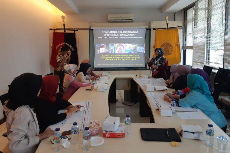 Fakultas Ilmu Adminsitrasi dan Fakultas Hukum Universitas Indonesia melakukan pengabdian masyarakat berupa pendampingan bisnis dan HAKI kepada UMKM Batik Betawi di Jakarta.
