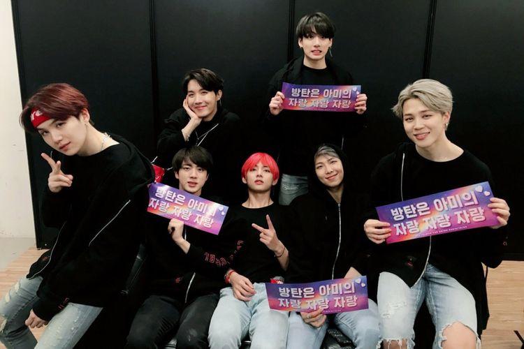 Boyband BTS berpose usai menggelar konser Love Yourself di Taiwan, Minggu (9/12/2018).