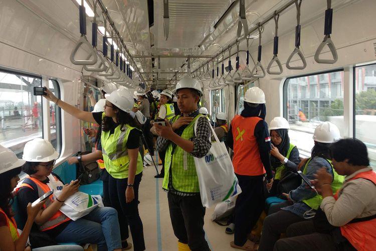 Wartawan Balai Kota DKI Jakarta mencoba naik mass rapid transit (MRT) dari Bundaran HI ke Lebak Bulus.