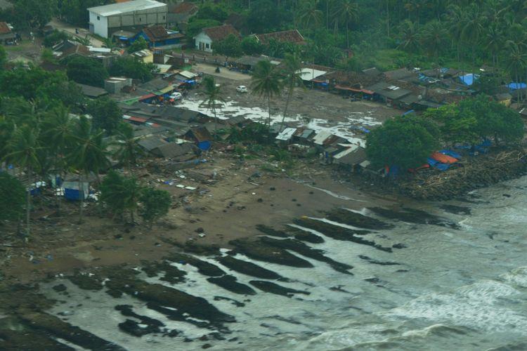 Pantauan udara daerah pesisir Banten terdampak tsunami dari pesawat Cessna 208B Grand Caravan milik Maskapai Susi Air, Senin (24/12/2018)