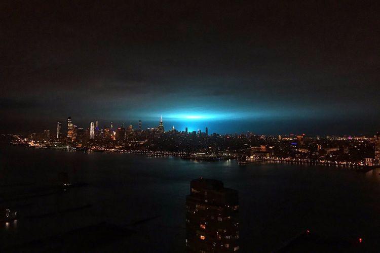 Cahaya biru misterius terlihat di langit New York