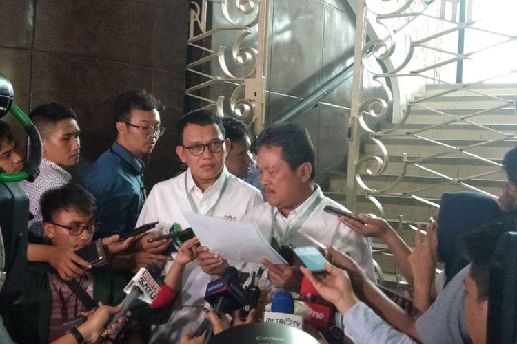 Bendahara TKN Wahyu Sakti Trenggono dan Wakil Ketua TKN Abdul Kadir Karding di Kantor KPU, Jakarta, Rabu (2/1/2019).