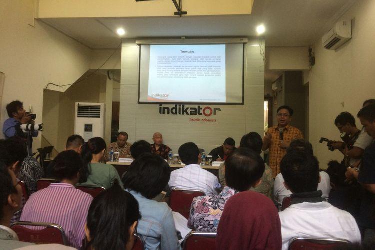 Direktur Eksekutif Indikator Politik Indonesia Burhanuddin Muhtadi saat memaparkan survei terbaru lembaga survei Indikator Politik Indonesia (Indikator) yang dirilis, Selasa (8/1/2019).