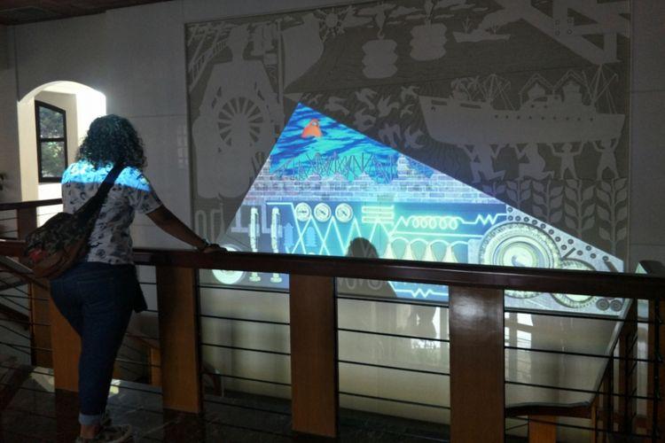 Pengunjung menikmati keindahan mural di salah satu sisi Museum Maritim, Selasa (8/1/2019).