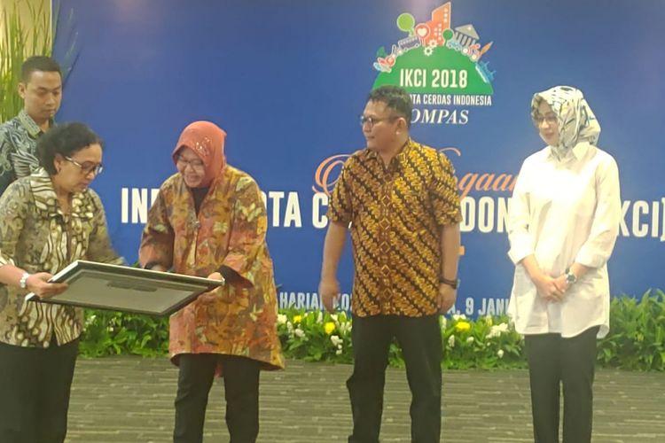 Wali Kota Surabaya, Tri Rismaharini, menerima penghargaan IKCI 2018 di Jakarta, Rabu (9/1/2019). Penghargaan tersebut digagas Harian Kompas.