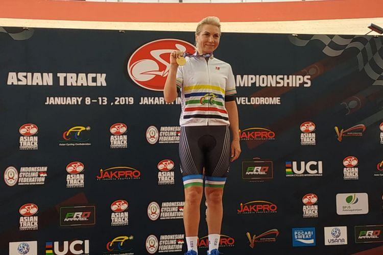 Atlet balap sepeda Uzbekistan, Olga Zabelinskaya, berpose dengan medali emas Asian Track Championships 2019, di Jakarta International Velodrome, Rawamangun, Jakarta Timur, Rabu (9/1/2019).