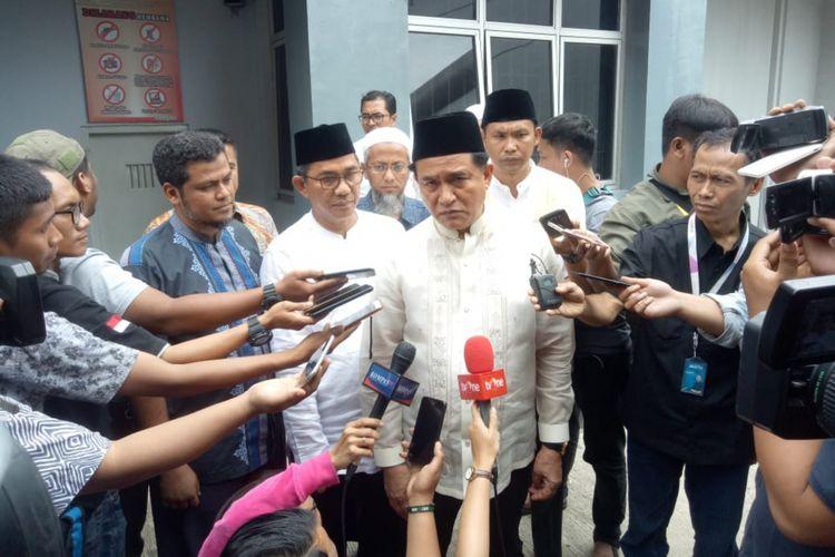 Ketua Umum Partai Bulan Bintang sekaligus Penasihat Hukum Jokowi-Maruf Amin, Yusril Ihza Mahendra, memberikan keterangan usai bertemu dengan terpidana terorisme Abu Bakar Baasyir di Lembaga Pemasyarakatan Gunung Sindur, Bogor, Jawa Barat, Jumat (18/1/2019).